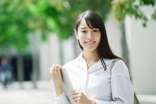 タブレットPCを持つ女性の写真素材 [FYI01802243]