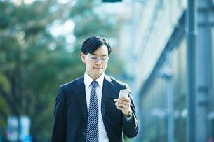オフィス街を歩くビジネスマンの写真素材 [FYI01802244]