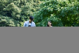 緑の中で微笑む家族の写真素材 [FYI01802251]