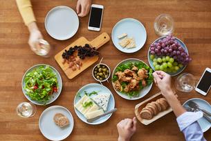 テーブルで食事をする男性と女性の写真素材 [FYI01802252]