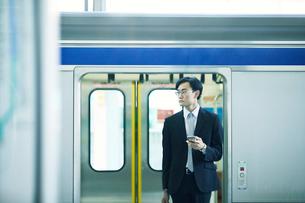 電車とビジネスマンの写真素材 [FYI01802256]