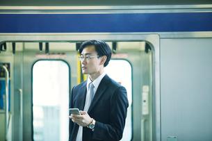 電車とビジネスマンの写真素材 [FYI01802259]