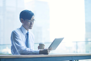 タブレットPCを持つビジネスマンの写真素材 [FYI01802260]