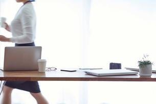 オフィスで仕事をする女性の写真素材 [FYI01802263]