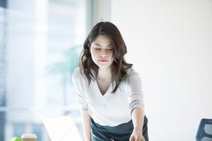 オフィスで仕事をする女性の写真素材 [FYI01802268]