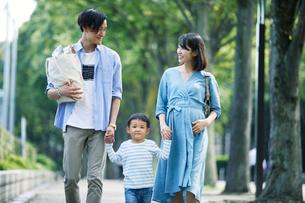 買い物をする家族の写真素材 [FYI01802274]