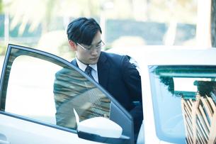 車とビジネスマンの写真素材 [FYI01802276]
