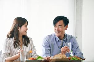 食事をする女性と男性の写真素材 [FYI01802277]
