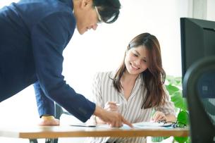 オフィスで働くビジネスマンとビジネスウーマンの写真素材 [FYI01802278]