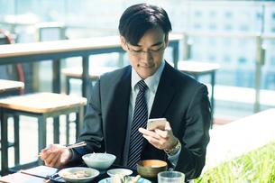食事をするビジネスマンの写真素材 [FYI01802284]