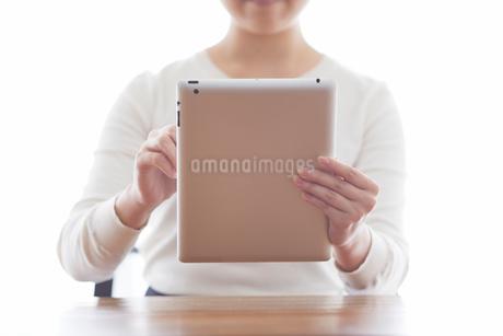 タブレットPCと女性の写真素材 [FYI01802287]