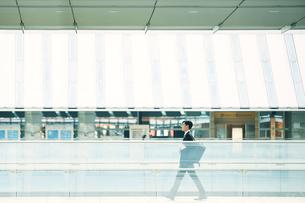 歩くビジネスマンの写真素材 [FYI01802290]