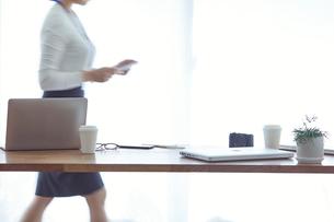 オフィスで仕事をする女性の写真素材 [FYI01802292]