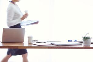 オフィスで仕事をする女性の写真素材 [FYI01802294]