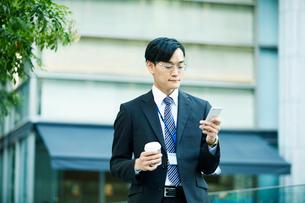 オフィス街を歩くビジネスマンの写真素材 [FYI01802297]