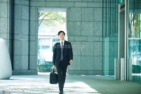 オフィス街を歩くビジネスマンの写真素材 [FYI01802298]