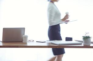 オフィスで仕事をする女性の写真素材 [FYI01802306]