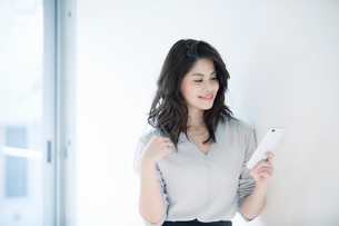 スマートフォンを持つ女性の写真素材 [FYI01802320]