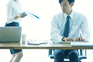 オフィスで仕事をする女性と男性の写真素材 [FYI01802323]