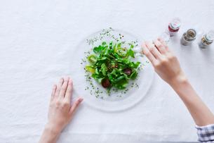 サラダを食べる女性の写真素材 [FYI01802324]