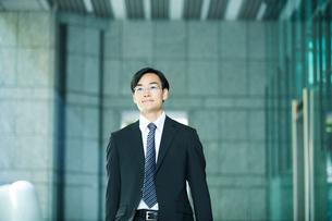 オフィス街を歩くビジネスマンの写真素材 [FYI01802337]