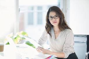 オフィスで仕事をする女性の写真素材 [FYI01802338]