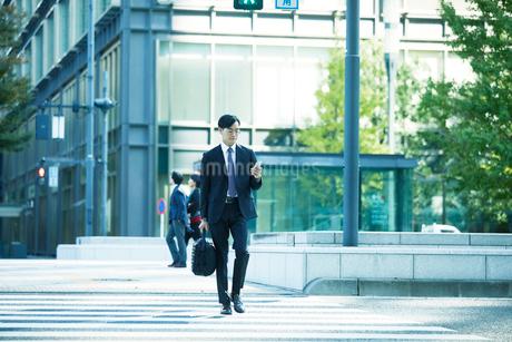 オフィス街を歩くビジネスマンの写真素材 [FYI01802340]