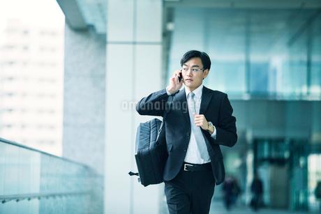 走るビジネスマンの写真素材 [FYI01802342]