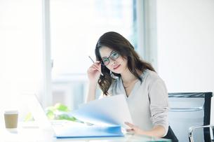 オフィスで仕事をする女性の写真素材 [FYI01802343]