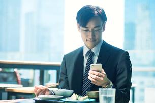 食事をするビジネスマンの写真素材 [FYI01802345]