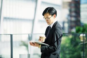 タブレットPCを持つビジネスマンの写真素材 [FYI01802351]