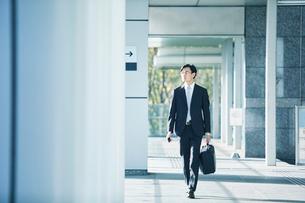 歩くビジネスマンの写真素材 [FYI01802352]