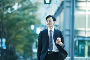 オフィス街を歩くビジネスマンの写真素材 [FYI01802359]