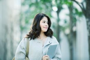 ビルの前を歩く女性の写真素材 [FYI01802361]