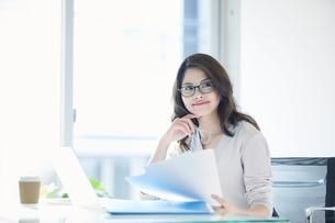 オフィスで仕事をする女性の写真素材 [FYI01802365]