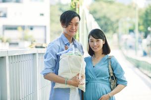 買い物をする女性と男性の写真素材 [FYI01802367]