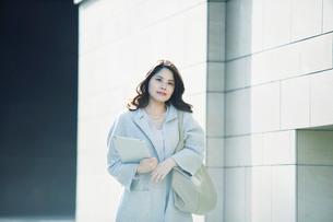 ビルの前を歩く女性の写真素材 [FYI01802368]