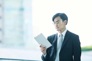 歩くビジネスマンの写真素材 [FYI01802372]