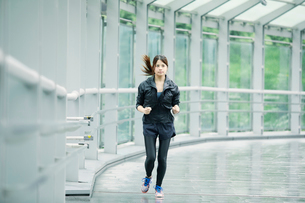 走る女性の写真素材 [FYI01802375]