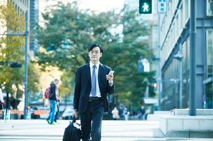 オフィス街を歩くビジネスマンの写真素材 [FYI01802385]