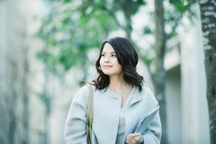 ビルの前を歩く女性の写真素材 [FYI01802398]