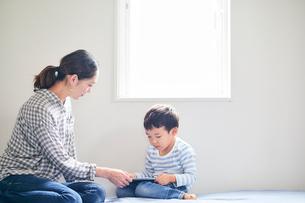 タブレットPCを持つ男の子と女性の写真素材 [FYI01802401]