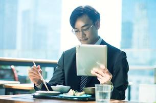 食事をするビジネスマンの写真素材 [FYI01802403]