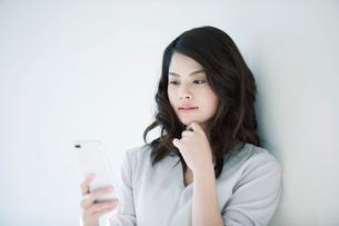 スマートフォンを持つ女性の写真素材 [FYI01802406]