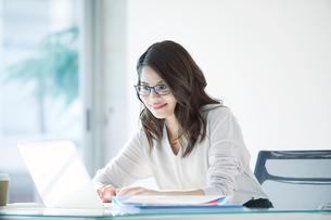 オフィスで仕事をする女性の写真素材 [FYI01802409]
