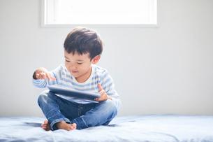 タブレットPCを持つ男の子の写真素材 [FYI01802410]