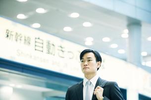 駅を歩くビジネスマンの写真素材 [FYI01802415]
