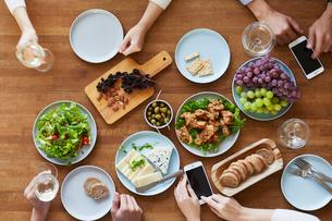 テーブルで食事をする男性と女性の写真素材 [FYI01802441]