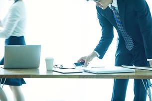 オフィスで仕事をする女性と男性の写真素材 [FYI01802442]