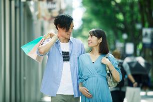 買い物をする女性と男性の写真素材 [FYI01802447]